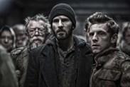 John Hurt, Jamie Bell, et Chris Evans dans Snowpiercer (2013)