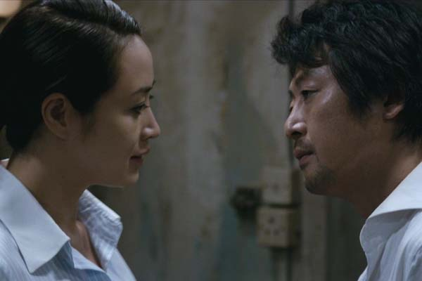 Kim Yoon-seok et Kim Hye-soo dans The Thieves (2012)