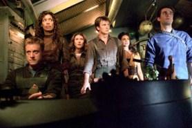 Nathan Fillion, Sean Maher, Jewel Staite, Gina Torres, Alan Tudyk, et Morena Baccarin dans Serenity - L'ultime rébellion (2005)
