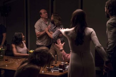 John Carroll Lynch et Logan Marshall-Green dans The Invitation (2015)