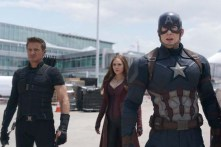 Chris Evans, Elizabeth Olsen et Jeremy Renner dans Captain America: Civil War (2016)