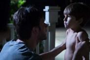 Josh Hamilton et Kadan Rockett dans Dark Skies (2013)