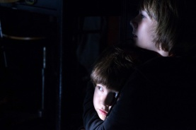 Dakota Goyo et Kadan Rockett dans Dark Skies (2013)