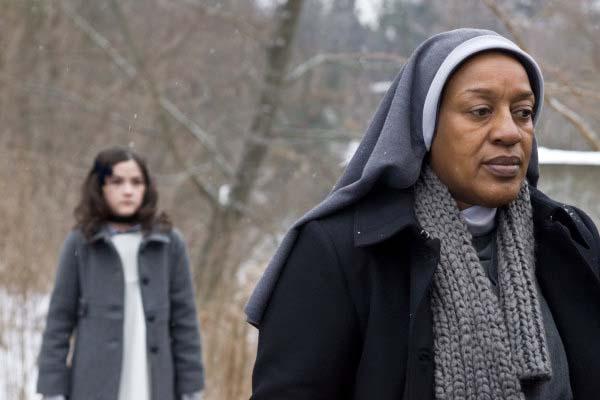 CCH Pounder et Isabelle Fuhrman dans Esther (2009)