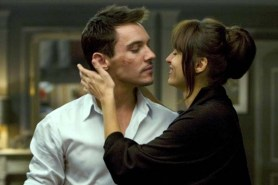 Jonathan Rhys Meyers et Kasia Smutniak dans From Paris with Love (2010)