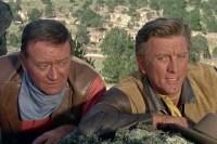 Kirk Douglas et John Wayne dans La caravane de feu (1967)