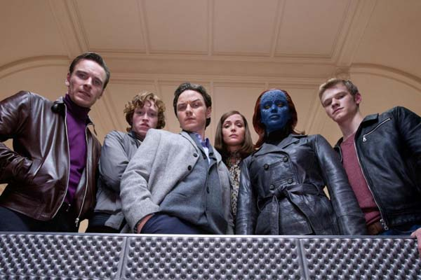 Rose Byrne, James McAvoy, Michael Fassbender, Lucas Till, Jennifer Lawrence, et Caleb Landry Jones dans X-Men: Le commencement (2011)