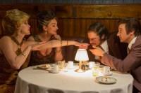 Christian Bale, Jeremy Renner, Elisabeth Röhm, et Jennifer Lawrence dans American Bluff (2013)