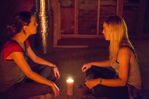 Caity Lotz et Camilla Luddington dans The Devil's Pact (2014)