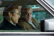 Willem Dafoe et Philip Seymour Hoffman dans Un homme très recherché (2014)