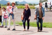 Stephen Rea, Scott Speedman, Julia Stiles, et Pixie Davies dans Out of the Dark (2014)