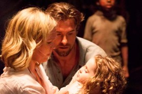 Scott Speedman et Julia Stiles dans Out of the Dark (2014)