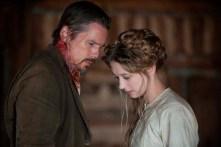 Ethan Hawke et Taissa Farmiga dans In a Valley of Violence (2016)