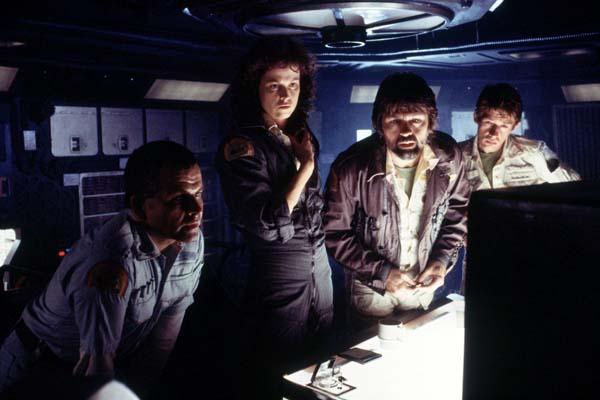 Sigourney Weaver, Ian Holm, John Hurt, et Tom Skerritt dans Alien - Le 8ème passager (1979)