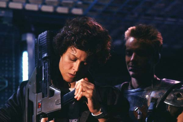 Sigourney Weaver et Michael Biehn dans Aliens - Le retour (1986)