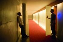 Oscar Isaac et Domhnall Gleeson dans Ex Machina (2015)