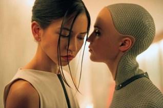 Alicia Vikander et Sonoya Mizuno dans Ex Machina (2015)