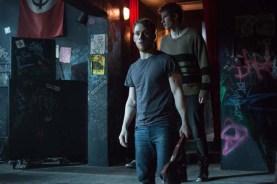 Joe Cole et Callum Turner dans Green Room (2015)