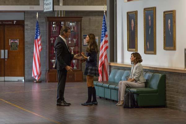 Pierce Brosnan, Anna Friel, et Stefanie Scott dans I.T. (2016)