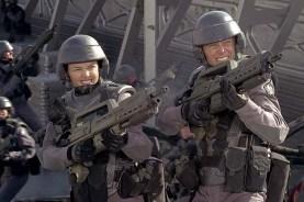 Dina Meyer et Casper Van Dien dans Starship Troopers (1997)
