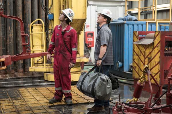 Mark Wahlberg et Dylan O'Brien dans Deepwater (2016)