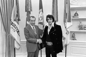 Richard Nixon et Elvis Presley dans le Bureau Oval le 21 décembre 1970.