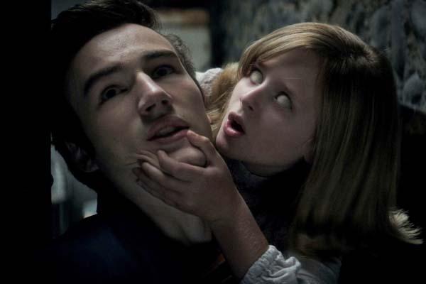 Parker Mack et Lulu Wilson dans Ouija: les origines (2016)