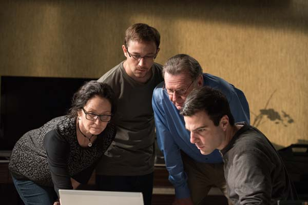 Joseph Gordon-Levitt, Melissa Leo, Zachary Quinto, et Tom Wilkinson dans Snowden (2016)