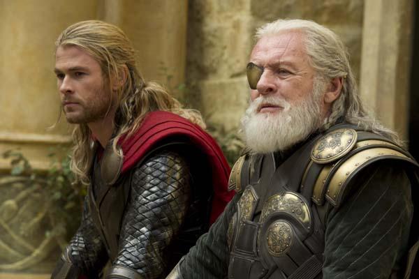 Anthony Hopkins et Chris Hemsworth dans Thor: Le monde des ténèbres (2013)