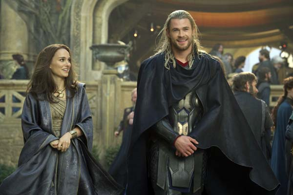 Natalie Portman et Chris Hemsworth dans Thor: Le monde des ténèbres (2013)