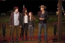 Woody Harrelson, Jesse Eisenberg, Abigail Breslin, et Emma Stone dans Bienvenue à Zombieland (2009)