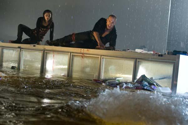 Martin Sacks et Phoebe Tonkin dans Bait (2012)
