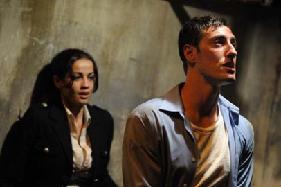 Deborah Valente et Eric Balfour dans Cell 213 (2011)
