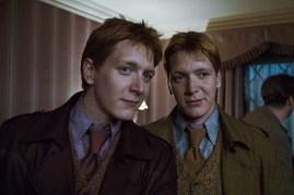 James Phelps et Oliver Phelps dans Harry Potter et les reliques de la mort: 1ère partie (2010)
