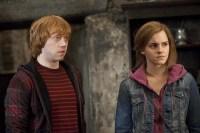 Rupert Grint et Emma Watson dans Harry Potter et les reliques de la mort: 2ème partie (2011)