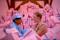 Saoirse Ronan et Tony Revolori dans The Grand Budapest Hotel (2014)