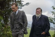 Jack Thompson et Michael Fassbender dans The Light Between Oceans (2016)