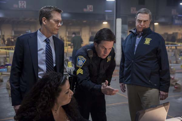 Kevin Bacon, Mark Wahlberg, et John Goodman dans Patriots Day (2016)