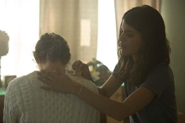 Analeigh Tipton et Sofia Black-D'Elia dans Viral (2016)