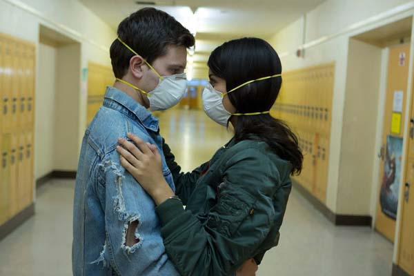 Travis Tope et Sofia Black-D'Elia dans Viral (2016)