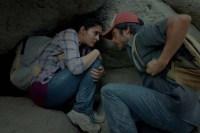 Gael García Bernal et Alondra Hidalgo dans Desierto (2015)