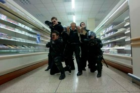 Paddy Considine, Nick Frost, Simon Pegg, Rafe Spall, et Olivia Colman dans Hot Fuzz (2007)