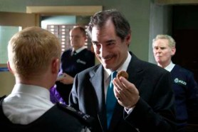 Jim Broadbent, Timothy Dalton, Karl Johnson, et Simon Pegg dans Hot Fuzz (2007)
