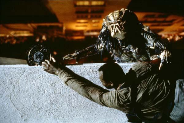 Kevin Peter Hall et Danny Glover dans Predator 2 (1990)