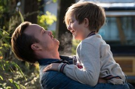 Aaron Paul et Aiden Longworth dans The 9th Life of Louis Drax (2016)