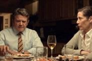John Michael Higgins et Julie Khaner dans Shimmer Lake (2017)