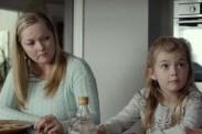 Angela Vint et Isabel Dove dans Shimmer Lake (2017)