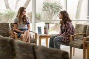 Liana Liberato et Lily Collins dans To the Bone (2017)