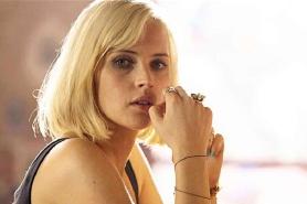 Felicity Jones et Nicholas Hoult dans No Way Out (2016)