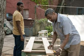 Denzel Washington et Jovan Adepo dans Fences (2016)